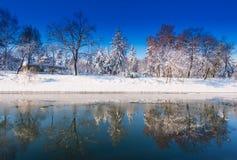 Härligt vinterlandskap med nya snow och trees i en parkera Arkivbild