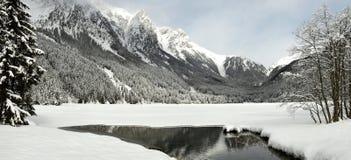 Härligt vinterlandskap på Antholz sjön, italienska fjällängar, södra Tirol fotografering för bildbyråer