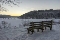 Härligt vinterlandskap på den Oker fördämningen i Harz i den frostiga aftonen Royaltyfri Bild