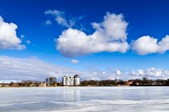 Härligt vinterlandskap på sjön Verhnee. Kaliningrad Ryssland royaltyfria bilder