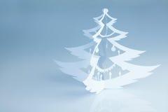 Härligt vitt handgjort julträd med garneringar Arkivbild