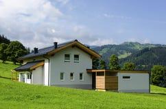 Härligt vitt hus i österrikiska fjällängar Royaltyfri Bild