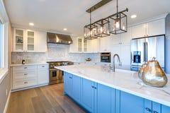 Härligt vitt kök med den stora ön royaltyfri fotografi