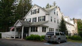 Härligt vitt kolonialt hus Royaltyfri Bild