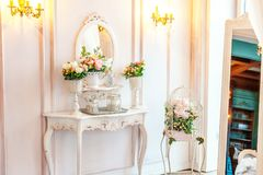 Härligt vitt ljust rent inre sovrum i lyxig barock stil royaltyfri fotografi