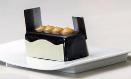 Härligt vitt uppläggningsfat med chokladmatobjektet för presentation arkivbilder