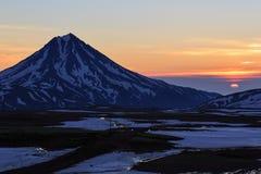 Härligt vulkaniskt landskap: soluppgång över den Viluchinsky vulkan Royaltyfri Fotografi