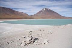 Härligt vulkanlandskap med en grön lagun Arkivbilder