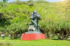 Härma statyn som göras av stenen, i posera av förnuftigt över den mänskliga skallen fotografering för bildbyråer