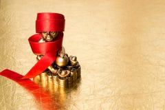 Härma symbolet av det kinesiska nya året 2016 och det röda bandet Royaltyfri Fotografi