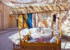 Härvor av trådar för produktion av traditionell uzbekisk handwork i den lilla basaren, Khiva, Uzbekistan Royaltyfria Foton