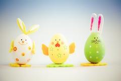 Häschen und Huhn geformte gemalte Ostereier Stockfotos