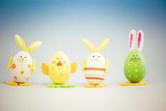 Häschen und Huhn geformte gemalte Ostereier Lizenzfreie Stockbilder