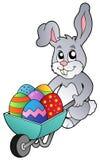 Häschenholdingschubkarre mit Eiern Lizenzfreie Stockfotografie