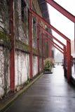 Hässlicher Bogen nahe der alten Wand im regnerischen Portland Stockfoto
