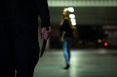 Hässlicher Verbrecher mit Messer in seiner Hand Stockfotografie