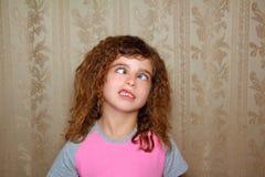 Hässliches cross-eyed Schielen des lustigen Mädchengesichtes Stockbilder