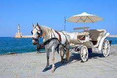 Häst dragen vagn och fyr, Chania Royaltyfri Bild