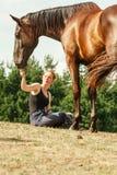 Häst för flicka för ung kvinna matande Royaltyfri Bild