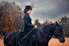 Häst-jakt med damtoalett i ridningvana arkivfoto