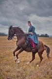 Häst-jakt med damtoalett i ridningvana arkivbild