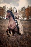 Häst-jakt med damtoalett i ridningvana Royaltyfri Bild