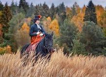 Häst-jakt med ryttare i ridningvana royaltyfri bild