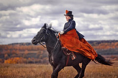 Häst-jakt med ryttare i ridningvana royaltyfri foto