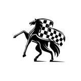Häst med att vinka den rutiga flaggan tävlings- emblem Royaltyfri Bild