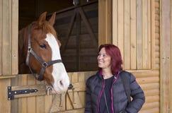 Häst och rödhårig kvinna arkivfoto