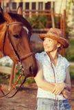 häst som ser till kvinnan Royaltyfria Foton