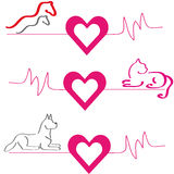 Hästar, hund och katt med hjärtor på vit bakgrund Stock Illustrationer