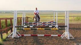 Hästbanhoppninghinder i slomo arkivfilmer