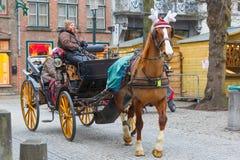 Hästcarriageon gatan av Brugge jul, Royaltyfri Fotografi