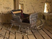 Hästdragen släde i ladugård Arkivbild