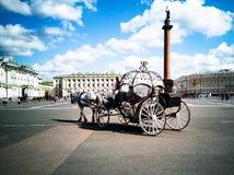 Hästdragna vagnar, slottfyrkant royaltyfri foto