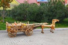 Hästen bär en vagn med pumpor halloween Arkivfoton