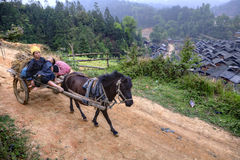 Hästen bär vagnen med asiatiska bönder, kvinnabönder och barnet Arkivbilder
