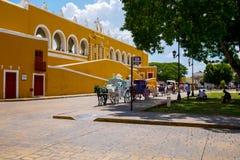 Hästen drog vagnen nära kloster royaltyfria foton
