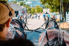 Hästen och barnvagnen turnerar av den Mackinac ön Royaltyfri Foto