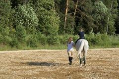 Hästen och behandla som ett barn Arkivbilder