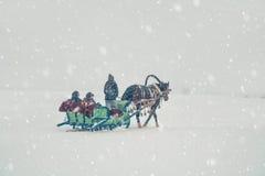 Hästkörningar på snöjordning Arkivfoto