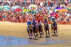Hästkapplöpning på Sanlucar av Barrameda, Spanien, 2016 Arkivfoton