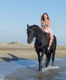 Hästkvinna på stranden royaltyfri fotografi