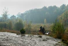 Hästridning nära röda Bach, red Beek i Brunssum Fotografering för Bildbyråer
