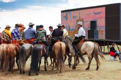 Hästryggåskådare framme av skärmen, Nadaam hästkapplöpning royaltyfri foto