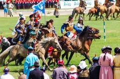 Hästryggbågskyttar på Nadaam öppningscermoni Royaltyfri Fotografi