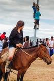 Hästryggflicka i kortslutningar, Nadaam hästkapplöpning royaltyfri foto