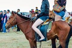 Hästryggflickor i kortslutningar på den Nadaam hästkapplöpningen arkivbilder