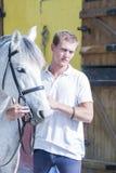 Hästryttare och hans häst Arkivfoto